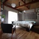 自然素材と色彩を楽しむ家の写真 主寝室
