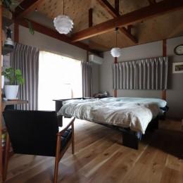 自然素材と色彩を楽しむ家 (主寝室)