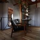 自然素材と色彩を楽しむ家の写真 くつろぎコーナー