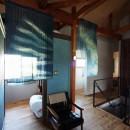 自然素材と色彩を楽しむ家の写真 クローゼット~廊下
