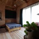 自然素材と色彩を楽しむ家の写真 洋室
