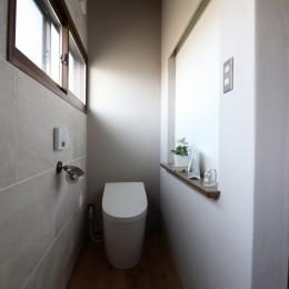 自然素材と色彩を楽しむ家 (トイレ)