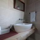 自然素材と色彩を楽しむ家の写真 手洗い