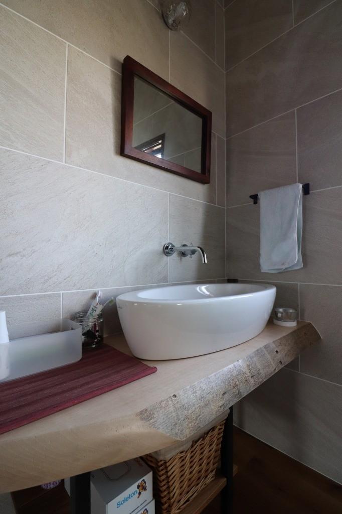 バス/トイレ事例:手洗い(自然素材と色彩を楽しむ家)