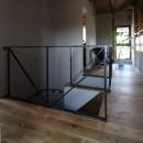 自然素材と色彩を楽しむ家の写真 廊下