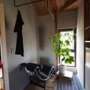 自然素材と色彩を楽しむ家の写真 ランドリースペース