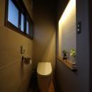 自然素材と色彩を楽しむ家の写真 ニッチ照明