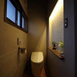 自然素材と色彩を楽しむ家 (ニッチ照明)