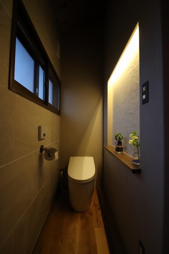 バス/トイレ事例:ニッチ照明(自然素材と色彩を楽しむ家)