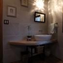 自然素材と色彩を楽しむ家の写真 ライティング(手洗い)