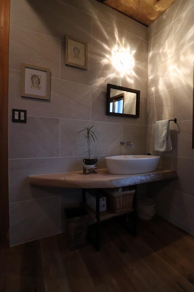 バス/トイレ事例:ライティング(手洗い)(自然素材と色彩を楽しむ家)