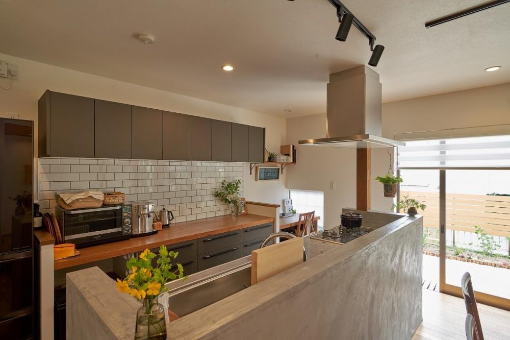 シンプルで都会的な戸建てリノベーション (キッチン)