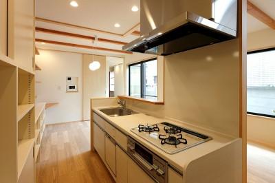 本と空を愉しむ階段の家|狛江の家 (キッチン)