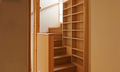 本と空を愉しむ階段の家|狛江の家 (階段)