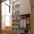 本と空を愉しむ階段の家|狛江の家の写真 階段・ミニライブラリーに実際に本を収納した様子