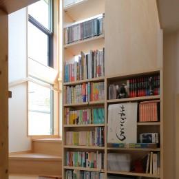 本と空を愉しむ階段の家|狛江の家 (階段・ミニライブラリーに実際に本を収納した様子)