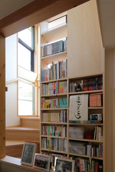 階段・ミニライブラリーに実際に本を収納した様子 (本と空を愉しむ階段の家|狛江の家)
