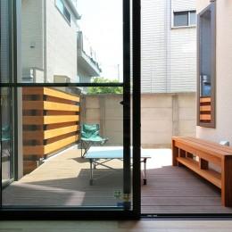 本と空を愉しむ階段の家|狛江の家 (中庭のデッキ空間)