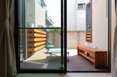 中庭のデッキ空間 (本と空を愉しむ階段の家|狛江の家)