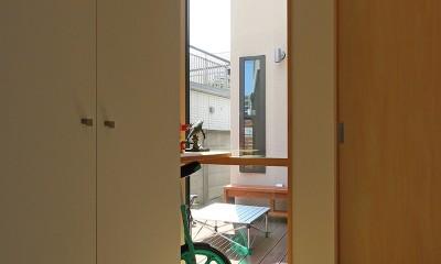 本と空を愉しむ階段の家|狛江の家 (廊下)