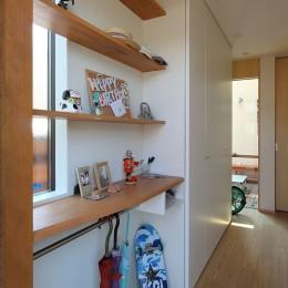 本と空を愉しむ階段の家|狛江の家 (玄関)