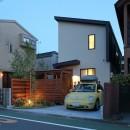 本と空を愉しむ階段の家|狛江の家の写真 夕方にみた外観