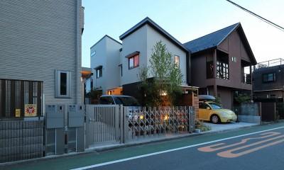 本と空を愉しむ階段の家|狛江の家 (夕方にみた外観)