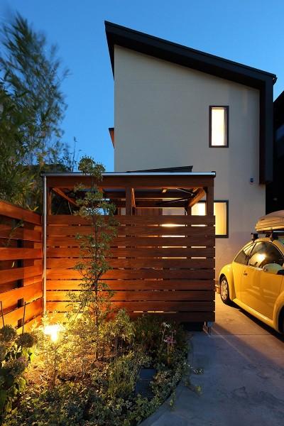 夕方にみた外観 (本と空を愉しむ階段の家|狛江の家)