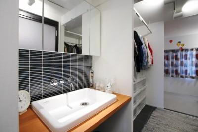 洗面スペース (ダイニングテーブルが主役の家)