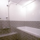 M邸の写真 ツートンカラータイルのバスルーム