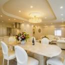 華やかさとエレガンスを備えた上質なヨーロピアンテイストの住まいの写真 リビングダイニングキッチン
