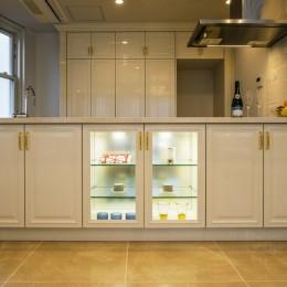 華やかさとエレガンスを備えた上質なヨーロピアンテイストの住まい (キッチン)