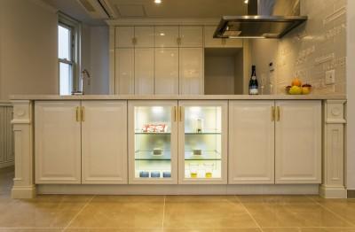 キッチン (華やかさとエレガンスを備えた上質なヨーロピアンテイストの住まい)