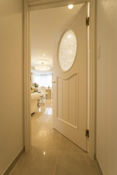 廊下 (華やかさとエレガンスを備えた上質なヨーロピアンテイストの住まい)