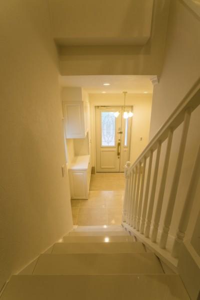 階段 (華やかさとエレガンスを備えた上質なヨーロピアンテイストの住まい)