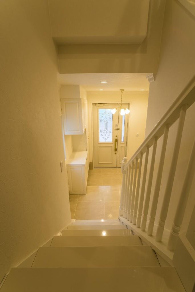 華やかさとエレガンスを備えた上質なヨーロピアンテイストの住まい (階段)