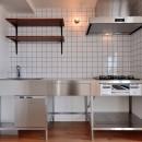 ヴィンテージ×無機質の甘辛MIXリノベーション住まいの写真 キッチン正面