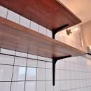 ヴィンテージ×無機質の甘辛MIXリノベーション住まいの写真 キッチンの棚・タイル・ブラケット
