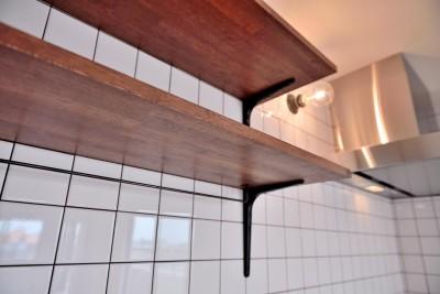 キッチンの棚・タイル・ブラケット (ヴィンテージ×無機質の甘辛MIXリノベーション住まい)