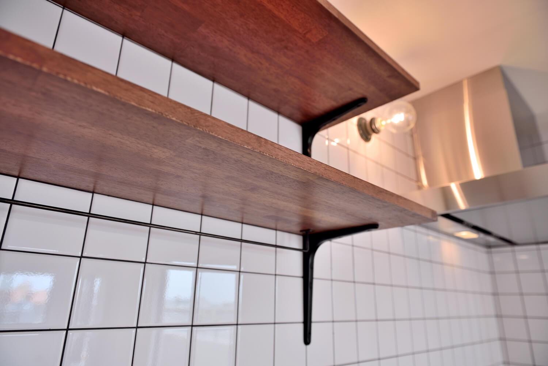 キッチン事例:キッチンの棚・タイル・ブラケット(ヴィンテージ×無機質の甘辛MIXリノベーション住まい)