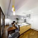 インナーバルコニーのある開放的な家の写真 コンパクトなダイニングテーブル