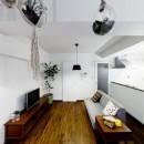 インナーバルコニーのある開放的な家の写真 緑を感じるリビング