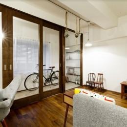 インナーバルコニーのある開放的な家 (インナーバルコニーとリビングの間の扉は高さのあるオーダー建具)