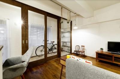 インナーバルコニーとリビングの間の扉は高さのあるオーダー建具 (インナーバルコニーのある開放的な家)
