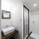 インナーバルコニーのある開放的な家の写真 洗面台とバスルームの個性的なタイル