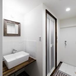 インナーバルコニーのある開放的な家 (洗面台とバスルームの個性的なタイル)