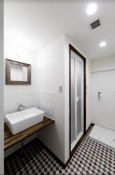 洗面台とバスルームの個性的なタイル (インナーバルコニーのある開放的な家)