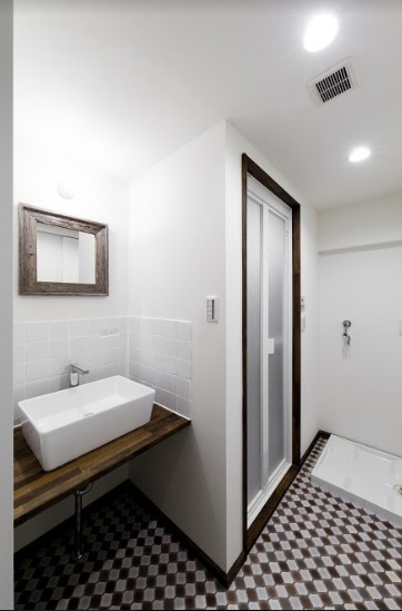 バス/トイレ事例:洗面台とバスルームの個性的なタイル(インナーバルコニーのある開放的な家)