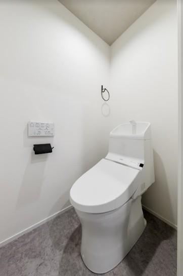 ファッションを楽しむご夫婦のための家 (真っ白なトイレ)