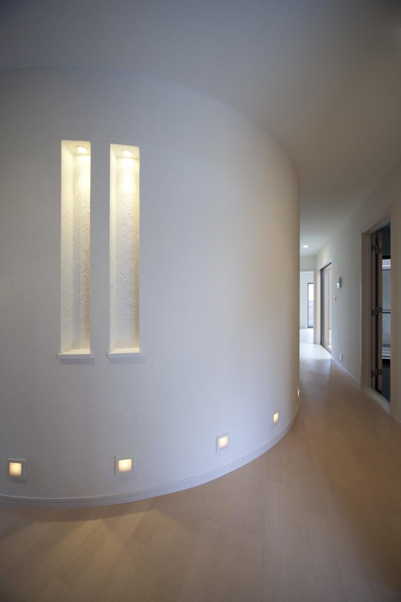 玄関事例:玄関ホールのカーブ(蔵とヴァイオリン室のある家)